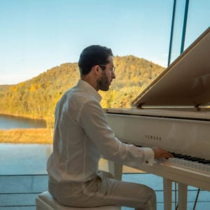 Daniel Verstappen geeft een geweldig pianoconcert bij Elaisa Energetic Wellness met uitzicht op de terrils van Maasmechelen