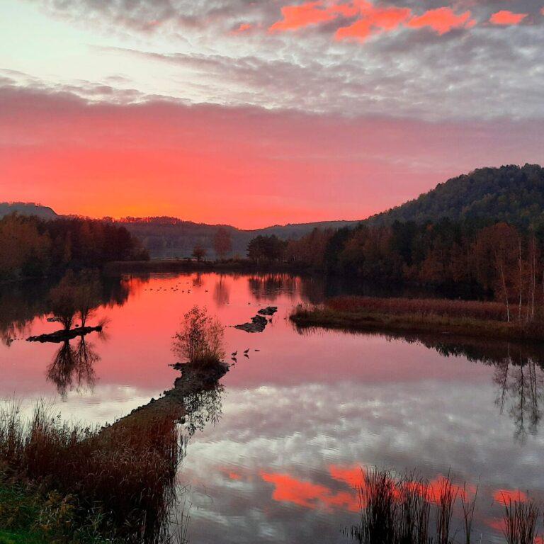 Elaisa Energetic Wellness met een prachtig uitzicht op het meer bij zonsondergang