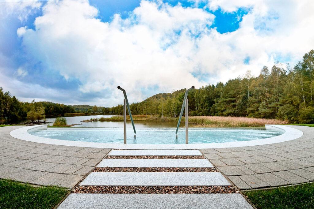 Infinity whirlpool met zicht op het meer bij Elaisa Energetic Wellness